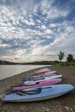 Puesta del sol del verano sobre el lago en paisaje con los barcos y equi del ocio Imagen de archivo
