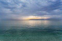 Puesta del sol del verano sobre el mar Mediterráneo en Tucepi Foto de archivo