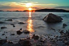 Puesta del sol del verano sobre la costa Foto de archivo libre de regalías