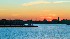 Puesta del sol delante de la ciudad de Trieste Fotos de archivo libres de regalías