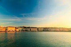 Puesta del sol delante de la ciudad de Trieste Fotografía de archivo libre de regalías