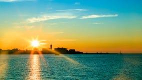 Puesta del sol delante de la ciudad de Trieste Fotografía de archivo