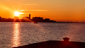 Puesta del sol delante de la ciudad de Trieste Imagen de archivo