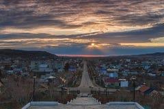 Puesta del sol desde arriba de la ciudad en Kuvandyk Imagen de archivo libre de regalías
