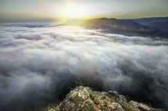 Puesta del sol desde arriba de la montaña imagenes de archivo