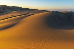 Puesta del sol del desierto en Huacachina, Perú imagenes de archivo