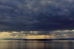 Puesta del sol después de la tormenta sobre el mar en Extremo Oriente Fotografía de archivo