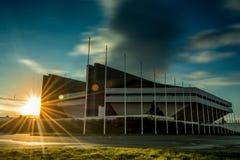Puesta del sol después del estadio moderno Fotos de archivo libres de regalías