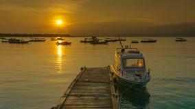 + puesta del sol detrás del barco + Fotos de archivo libres de regalías