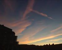 Puesta del sol detrás de edificios Imagen de archivo