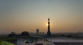 Puesta del sol detrás de la estatua del vencedor imágenes de archivo libres de regalías