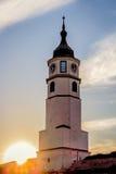 Puesta del sol detrás de la iglesia en la fortaleza de Kalemegdan Foto de archivo