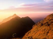 Puesta del sol detrás de la montaña Fotos de archivo libres de regalías