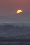 Puesta del sol detrás de la montaña Imagenes de archivo