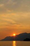 Puesta del sol detrás de la montaña fotos de archivo