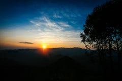 Puesta del sol detrás de la montaña en Tailandia Foto de archivo libre de regalías