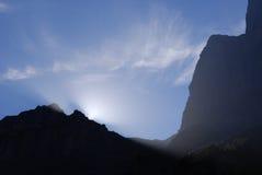 Puesta del sol detrás de la montaña suiza Foto de archivo