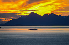 Puesta del sol detrás de las islas de Lofoten Fotos de archivo