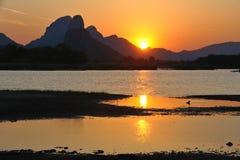 Puesta del sol detrás de las montañas. Imagen de archivo libre de regalías