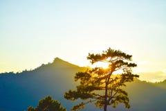Puesta del sol detrás de las montañas por la tarde Fotos de archivo libres de regalías