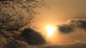 Puesta del sol detrás de las nubes en febrero almacen de video