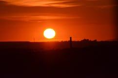 Puesta del sol detrás de las turbinas de viento Fotografía de archivo libre de regalías