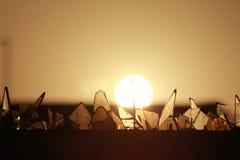 Puesta del sol detrás de los pedazos de cristal Fotografía de archivo libre de regalías