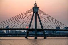 Puesta del sol detrás de un puente Foto de archivo libre de regalías