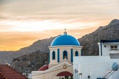 Puesta del sol detrás de una iglesia ortodoxa foto de archivo