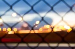 Puesta del sol detrás del alambre de púas - cerca con el fondo de la puesta del sol Imágenes de archivo libres de regalías