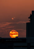Puesta del sol detrás del edificio Fotografía de archivo libre de regalías