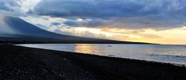 Puesta del sol detrás del panorama de las montañas de la costa occidental de Bali Fotografía de archivo