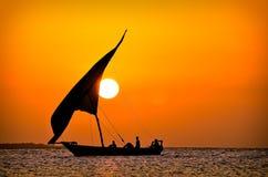 Puesta del sol detrás del velero Fotos de archivo