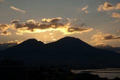 Puesta del sol detrás del vesuvio del mt Foto de archivo libre de regalías