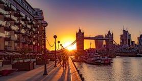 Puesta del sol detrás del puente de la torre, Londres foto de archivo