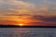 Puesta del sol detrás del río Imágenes de archivo libres de regalías