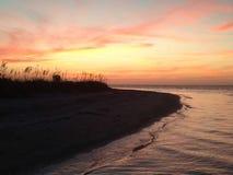 Puesta del sol dominante de la playa de los amantes Imagen de archivo libre de regalías