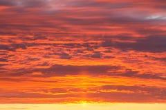 Puesta del sol dramática épica, cielo anaranjado de la salida del sol con las nubes y fondo de la luz del sol foto de archivo