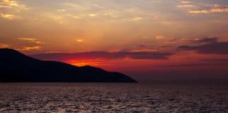Puesta del sol dramática con el cielo rojo Fotografía de archivo libre de regalías