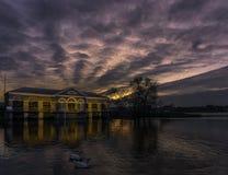 Puesta del sol dramática con el edificio histórico de Steampump Foto de archivo