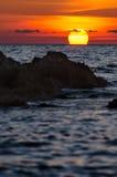 Puesta del sol dramática con la costa rocosa, Cerdeña imagen de archivo libre de regalías