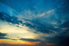 Puesta del sol dramática con las nubes Foto de archivo