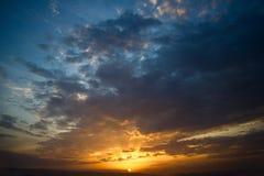 Puesta del sol dramática con las nubes Imágenes de archivo libres de regalías
