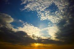 Puesta del sol dramática con las nubes Fotografía de archivo
