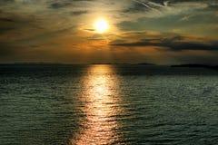 Puesta del sol dramática con las nubes hermosas Fotos de archivo libres de regalías