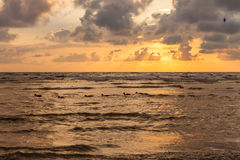 Puesta del sol dramática con las nubes pesadas sobre Báltico Imagenes de archivo