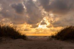 Puesta del sol dramática con las nubes pesadas sobre Báltico Imágenes de archivo libres de regalías