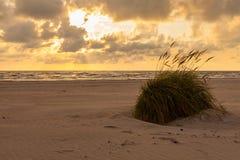 Puesta del sol dramática con las nubes pesadas sobre Báltico Foto de archivo libre de regalías