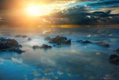 Puesta del sol dramática con los rayos del sol en el Mar Negro imagen de archivo