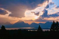 Puesta del sol dramática de la montaña con las nubes imagenes de archivo